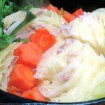 ダッチオーブンで作る「丸ごとキャベツのミルフィーユ鍋」。さらに、〆の「カルボナーラ風パスタ」が旨すぎてクセになる!