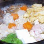 〆はラーメンが旨い!ダッチオーブンで作る、「根菜とキノコたっぷり味噌鍋」。 薬味は話題の「レンチン生姜」