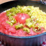 ダッチオーブンで作る「丸ごとトマトご飯」と、「とろ~りチーズのチキンステーキ」
